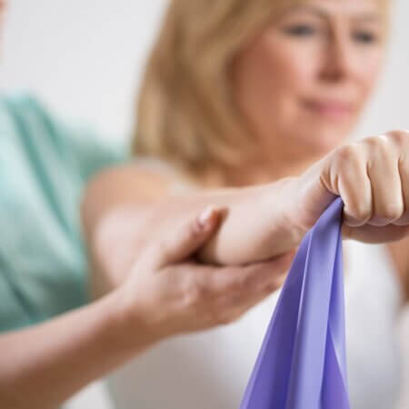 füsioterapeut aitab sooritada harjutusi füsioteraapia teenusel